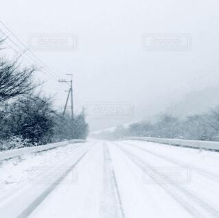 雪に覆われた道の写真・画像素材[1711095]