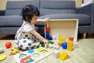 ラップトップを使用してテーブルに座っている少女の写真・画像素材[1709683]