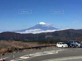 背景の山の高速道路の写真・画像素材[1709246]