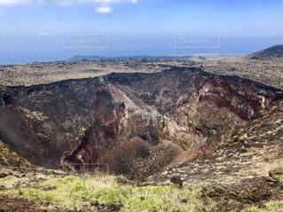 近くに岩が多い山のアップの写真・画像素材[1709475]