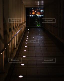 夜のライトアップされた橋の写真・画像素材[1829585]