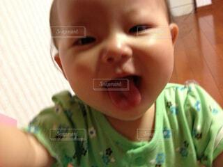 カメラを見て赤ちゃんの写真・画像素材[1710244]