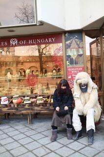 店の前で座るふたりの写真・画像素材[1710112]