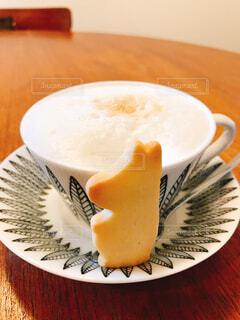 一杯のコーヒーをトッピング白プレートの写真・画像素材[1711970]