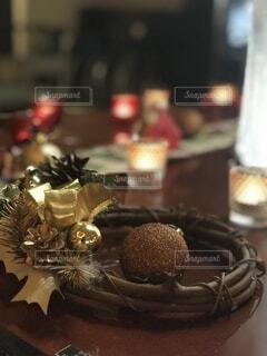近くのテーブルの上に座っているチョコレート ケーキの写真・画像素材[1715720]
