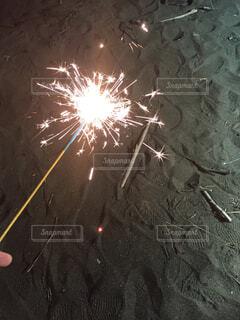 海辺で花火の写真・画像素材[1712061]