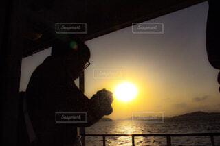 日没の前に立っている男の写真・画像素材[1711318]