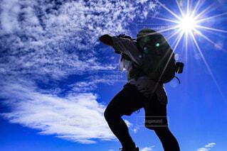 スノーボードに乗っている間空気を通って飛んで男の写真・画像素材[1712260]
