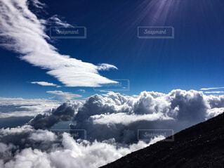 雪の空に雲が山を覆いの写真・画像素材[1712476]