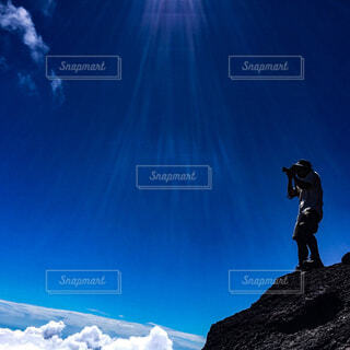 山が、雪の上に空気を通って飛んで男に覆われています。の写真・画像素材[1712500]