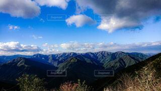 背景の大きな山のビューの写真・画像素材[1713363]