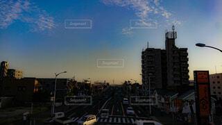 都市の上にぶら下がってトラフィック ライトの写真・画像素材[1713413]
