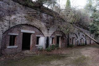 草を家の前に石造りの建物の写真・画像素材[1713478]