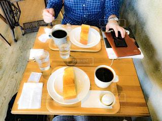 一杯のコーヒーをテーブルに着席した人の写真・画像素材[1730984]