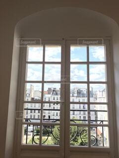 大きな窓付きの部屋の写真・画像素材[1712593]