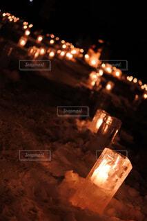 夜のライトアップされたキャンドルの写真・画像素材[1716627]
