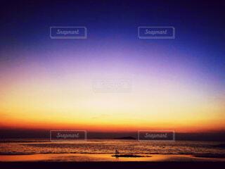 いくつかの水に沈む夕日の写真・画像素材[1713020]