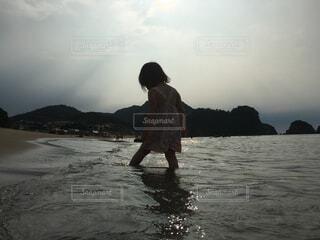 波打ち際で遊ぶ女の子の写真・画像素材[2322873]