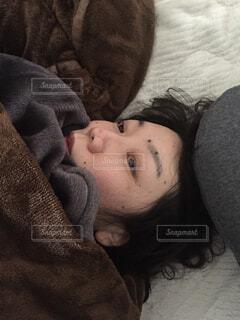 休みの朝、寝起きの写真・画像素材[1874940]