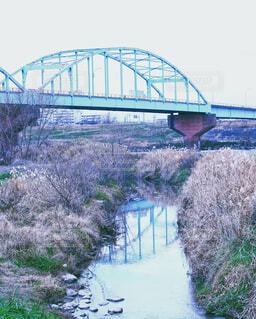水の体の上の橋の写真・画像素材[1731671]