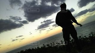 日没の前に立っている男の写真・画像素材[1715629]