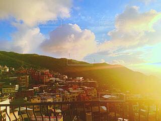 朝日に包まれた小さな街の写真・画像素材[1715826]