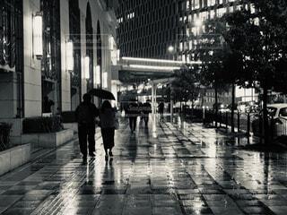 傘を持って雨の中歩く人々 のグループの写真・画像素材[1716391]