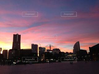 夕暮れ時の都市の景色の写真・画像素材[1716764]