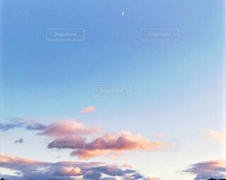 空には雲のグループの写真・画像素材[1716325]