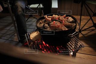 ダッチオーブンで夕食作りの写真・画像素材[1716706]