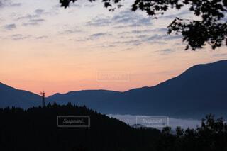 背景の山と木の写真・画像素材[1722328]