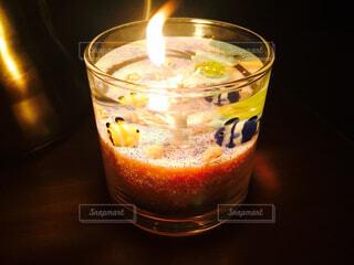 テーブルの上のガラスのコップの写真・画像素材[1722358]