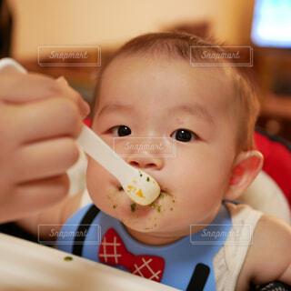 赤ん坊を持っている人の写真・画像素材[1717922]