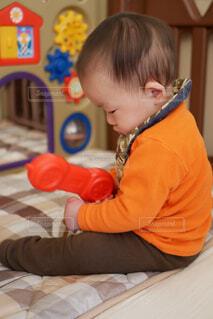 ベッドの上に座っている小さな男の子の写真・画像素材[1717924]