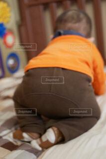 ベッドの上に座っている小さな子供の写真・画像素材[1717925]