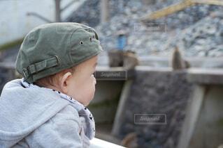 帽子をかぶった小さな男の子の写真・画像素材[1717929]