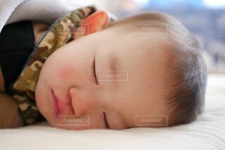 近くにベッドの上に横たわる子のアップの写真・画像素材[1717930]