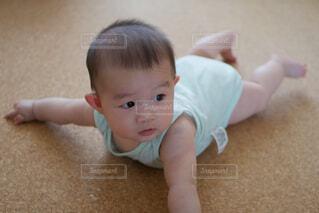 床に座って赤ちゃんの写真・画像素材[1718004]
