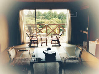 リビング ルームの家具と大きな窓いっぱいの写真・画像素材[1743136]