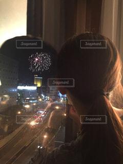 花火を見る女性の写真・画像素材[1717700]