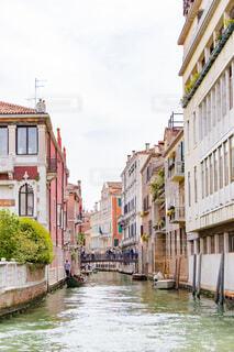 ヴェネツィア都市の狭い川での写真・画像素材[1719263]