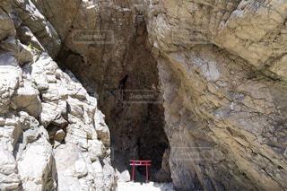 岩に囲まれた神社の写真・画像素材[1719662]