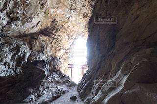 洞窟の中で光射す鳥居の写真・画像素材[1719663]