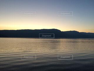 水の体に沈む夕日の写真・画像素材[1719472]