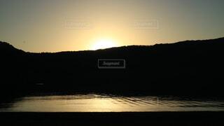 水の体に沈む夕日の写真・画像素材[1719483]