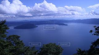 水体の上空で雲のグループの写真・画像素材[1719487]