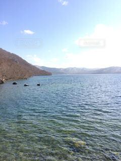 背景の山と水の大きな体の写真・画像素材[1729395]