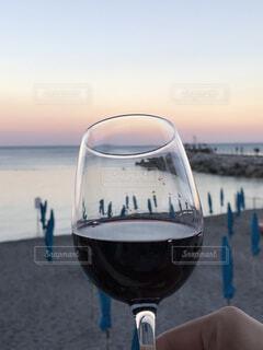 夕日を見ながら乾杯の写真・画像素材[1756045]