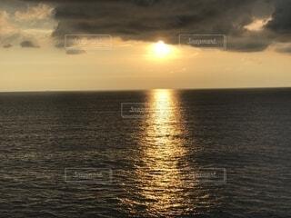 地平線に沈む夕日の写真・画像素材[2288763]