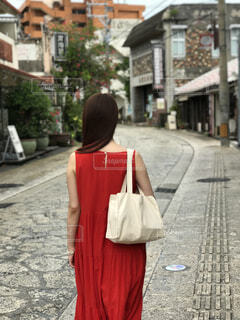 歩道を歩く人の写真・画像素材[2340702]